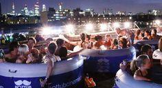 Hot tub Cinema: una vasca idromassaggio, un bel film, qualche birra, tutti insieme appassionatamente per sconfiggere la calura estiva.