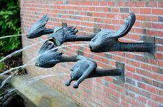 5463 Brunnen Kurpark Mölln; Wasserspeier - Wasser speiende Bronzeköpfe - Kunststil der 1960er Jahre. | Flickr - Fotosharing!