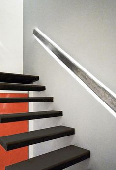 Tengo que hacer una escalera y mi idea es poner listones de madera atornillados a las paredes con tirafondos, y sobre eso atornillar los peldaños. Es una buena o mala idea. De ser correcto, ¿Cuáles son las medidas que se deben respetar en el alto y... Deck Stair Railing, Stair Handrail, Outside Stairs, Floating Staircase, House Stairs, Staircase Design, Rustic Industrial, Diy Home Improvement, Stairways