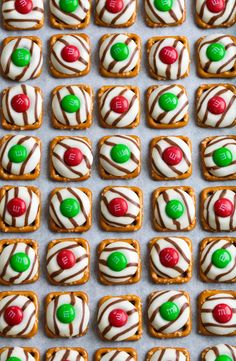 Ready to start your Christmas baking? These easy Christmas treats and sweets recipes are perfectly delicious, whether you have them for a snack or a dessert during the holidays. Try these truffles, cupcakes, and more. Christmas Treats To Make, Christmas Finger Foods, Christmas Pretzels, Christmas Desserts Easy, Christmas Party Food, Christmas Sweets, Christmas Cooking, Simple Christmas, Holiday Treats