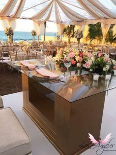 Mesa de novios dorada con espejo para complementar una boda en tonos pastel
