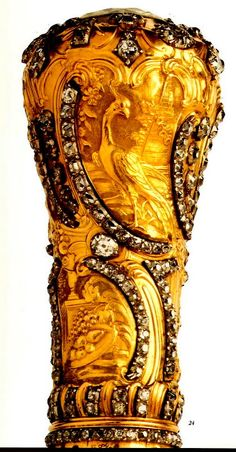 Portuguese crown jewels stolen from an exhibition at Hague, Netherland - cane knob (gold and diamond) of Joseph I, King of Portugal. Wooden Walking Sticks, Walking Sticks And Canes, Walking Canes, Style Dandy, Objets Antiques, Baguette, Cane Handles, Cane Stick, Cannes