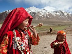 The high altitude diet of Afghanistan's nomads (Picture of children chewing on mutton bones)