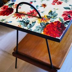 Parité table basse 2 niveaux pieds metal plateau supérieur fleuri d origine plateau inférieur bois #viedemeuble #vintage #brocante #sunday #wood #design #decoration #table #retro #lovely #flowers #chinedujour #cute