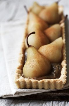 Postres - desserts - Chai Spiced Pear Tart [by Roost] Just Desserts, Dessert Recipes, Caramel Pears, Almond Pastry, Pear Tart, Spiced Pear, Poached Pears, Sweet Tarts, Mets