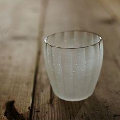 大迫友紀 雨音グラス Ceramic Tableware, Ceramic Pottery, Ceramic Art, Kitchenware, Glass Bottles, Wine Glass, Glass Art, Glass Vessel, Asian Kitchen