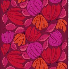 Det härliga tyget Ananaskirsikka kommer från Marimekko och är designat av Erja Hirvi. Tyget är tillverkad i kraftig bomullssatäng och har ett vackert blommigt mönster i olika toner vilket skapar ett levande uttryck. Använd tyget som en dekorativ duk eller som gardin och matcha det gärna med andra stilfulla produkter från Marimekko. Välj mellan olika färger.