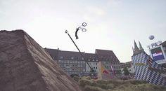Szymon Godziek ako prvý na svete skočil na MTB Tsunami Backflip