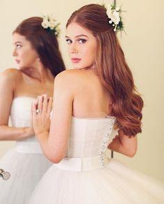 O vestido de noiva de Marina Ruy Barbosa em detalhes: Tomara que caia acinturado com botões prateados foi feito exclusivamente para a noiva. Os cabelos, semipresos em um arranjo de flores, tinham leve ondulação