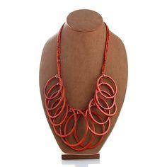 Sé el centro de todas las miradas con este llamativo collar de aros, elaborados en resina. Lo encuentras en Bibi Marini  http://www.elretirobogota.com/esp/?dt_portfolio=bibi-marini