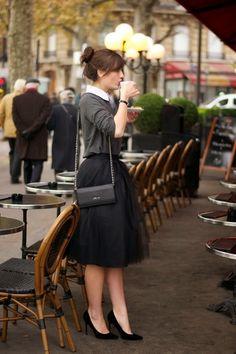 チュールスカートにグレーのトップス&白い襟が見えたスタイル。パーティースタイルにもよさそうなコーディネートです。