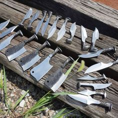 A bunch of knives forged from railroad spikes! Forging Knives, Blacksmithing Knives, Forged Knife, Forging Metal, Cool Knives, Knives And Swords, Railroad Spikes Crafts, Railroad Spike Knife, Diy Knife
