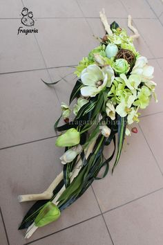 Seledyn w brzozowej korze Creative Flower Arrangements, Funeral Flower Arrangements, Funeral Flowers, Grave Decorations, Flower Decorations, Sympathy Flowers, Black Flowers, Arte Floral, Ikebana