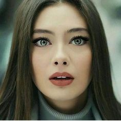 Neslihan Atagüls Stil, Haare und Make-up Beautiful Girl Image, Beautiful Eyes, Freckles Makeup, Prettiest Actresses, Hottest Female Celebrities, Celebs, Female Character Inspiration, Hair Reference, Turkish Beauty