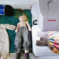 Perché qui non stiamo mica a pettinar le bambole.... Qui le vestiamo Holly Hobbie