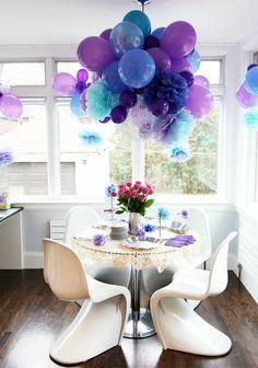 ballons hängen von der decke als dekoration im kleinen zimmer - blau und lila - 24 verblüffende Ideen für Partydeko
