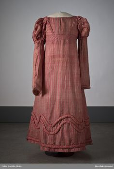 Dress of pink-colored silk with stripes in gray and green silk. The 1820's 1800s Fashion, 19th Century Fashion, Victorian Fashion, Vintage Fashion, Girl Fashion, Womens Fashion, Female Fashion, Ladies Fashion, Fashion Trends