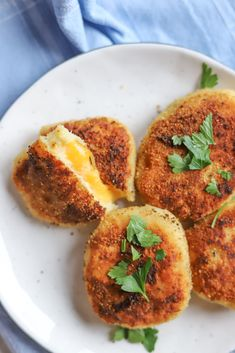 Placki z gotowanych ziemniaków z rozkosznie ciągnącym się serem - przepis   Krytyka Kulinarna Snack Recipes, Snacks, Cheddar, Baked Potato, Potatoes, Lunch, Dinner, Baking, Breakfast