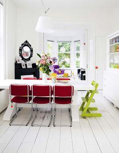 Sala de jantar com muita cor, na Holanda.