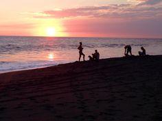 #tramonto a #Monterrico, in #Guatemala, guardando le onde alte dell' #Oceano #Pacifico e la sabbia nera vulcanica