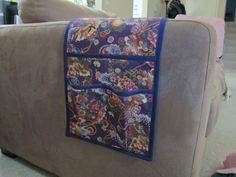 Tutorial for making a sofa caddy: pockets for holding items that hangs on armrest of a couch Sewing Tutorials, Sewing Hacks, Sewing Crafts, Sewing Patterns, Sewing Ideas, Remote Caddy, Remote Control Holder, Diy Sofa, Couch Sofa
