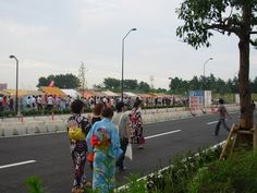 Spectators on their way to the festival