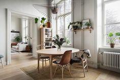 Interior decor trend 2018. Scandinavian decor. Dining room, green plants, Petite Friture lamp. Photo: Innerstadsspecialisten