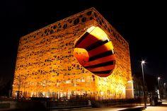 Lyon la nuit le cube magasin de meubles et luminaires quai Rambaud