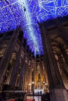 Voûtes Célestes est une installation numérique générative et interactive de Miguel Chevalier, projetée sur les voûtes du choeur, de la nef centrale, de la croisée du transept et des deux transepts …