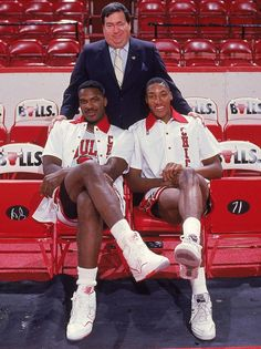 Charles Oakley, Scottie Pippen & Jerry Krause GM of the Bulls Basketball Pictures, Love And Basketball, Sports Basketball, Basketball Players, Chicago Bulls Basketball, Basketball Legends, Larry Bird, Oakley, Showtime Lakers