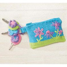 Crazy Daisy Key Ring Set ~ free pattern ᛡ Crochet Home, Crochet Gifts, Diy Crochet, Crochet Bags, Crochet Key Cover, Crochet Keychain Pattern, Single Crochet Stitch, Crochet Accessories, Key Rings