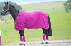 Dank der stilvollen #Maven #Showedecke aus #Fleece bleibt deinem #Pferd immer warm, ob nach dem #Reiten oder auf dem #Turnier. Die zweifarbige Einfassung macht diese #Pferdedecke zum Hingucker, ob nun in #Pink oder #Blau. #tottie #english #equestrian #reiten #reiter #pferd #reitausrüstung #englishequetstrian www.englishequestrian.com