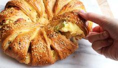 Vul je huis met de geur van gebakken eitjes, spek en vers brood met dit brunchbrood. Maak 'm een paar uur van tevoren en bak vlak voordat je aan tafel gaat, ...