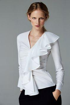 / carolina herrera / beautiful white shirt with front frill / Blusas Carolina Herrera, Hijab Fashion, Fashion Dresses, White Shirts Women, White Blouses, Crisp White Shirt, Beautiful Blouses, Elegant Outfit, White Tops