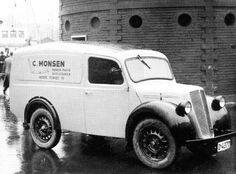 C. Monsens varebil var et kjent trekk i bybildet. Her er den parkert ved et like kjent trekk, det gode, gamle «Rundetårn». (Ukjent fotograf - Tress-C. Monsen – Et glimt av firmaets krønike 1899-1999).