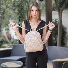 Casablanca est un sac à dos de première classe avec un espace de rangement optimal et une bonne apparence. La couture en forme de v sur le devant lui donne une conception unique et spéciale. Casablanca répondra à tous vos besoins en termes de design, de rangement et de confort. Style Retro, Couture, Travel Backpack, Types Of Fashion Styles, School Bags, Shopping Bag, Chanel, Backpacks, Shoulder Bag