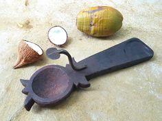 Coconut grater @ instagram.com/indiantiquest/ Smart Kitchen, Kitchen Items, Kitchen Utensils, Kitchen Decor, Coconut Grater, Wood Spice Rack, Cotton Painting, Vintage India, Indian Kitchen