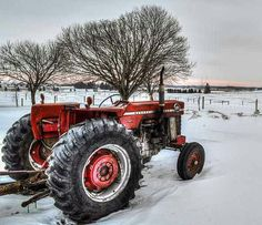 A #MasseyFerguson 165 #tractor braving the snowy weather and in the process making a beautiful picture.