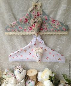 Perchas con fundas - Shabby Chic clothes hangers - - Perchas con fundas – Shabby Chic clothes hangers Source by brittaehling Fabric Crafts, Sewing Crafts, Sewing Projects, Shabby Chic Crafts, Shabby Chic Homes, Decoration Shabby, Creation Couture, Love Sewing, Shabby Vintage