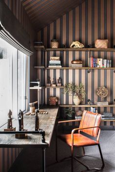 Truckee Residence: Espaços de trabalho translation missing: pt.style.espaços-de-trabalho.eclético por Antonio Martins Interior Design Inc