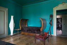 In an ancient palace in the Lombardy countryside of Franciacorta, the house of the architect Roberto Falconi shows itself in all its eclecticism. Times to all sixth, figures pointed arch, decorations that still know how to baroque frame contemporary pieces and quirky details. Published: Casa Vogue Brazil Jan 2015 Interior+Design Russia Apr 2015 Case & Country Jun 2015