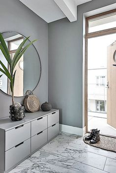 Einrichtungsideen ♡ Wohnklamotte Inside design thought, grey hallway in Scandinavian type Discoverin Grey Hallway, Hallway Ideas Entrance Narrow, Modern Hallway, Corridor Ideas, Small Entrance, Entry Hallway, Entrance Ideas, Entryway Ideas, Entrance Halls