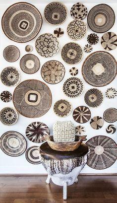 As cestas são conhecidas na hora de organizar, mas porque não usamos algo simples, bonito e barato nas paredes também? Cestas são democráticas, algumas pod