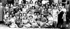 Reilingen - Mit rund 100 Frauen und etwa 3 Männern stellt sich die Belegschaft der Zigarrenfabrik Friedrich Erhard OHG, Reilingen (wohl um 1960 ) einem unbekannten Fotografen zum Gruppenbild. Zigarrenfabrik Gebr. Baer aus Reilingen wurde 1938 im Zuge der Arisierung von Erhard aus Leimen übernommen.