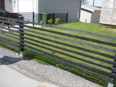 Svart staket med liggande ribbor. Plank, Deck, Outdoor Decor, Inspiration, Image, Gardening, Home Decor, Biblical Inspiration, Homemade Home Decor