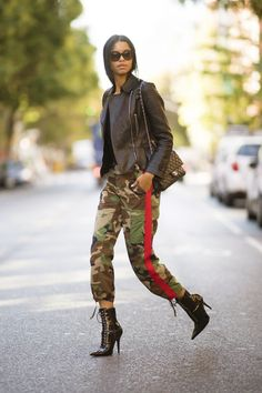 Literally Just 101 of the Prettiest Fall Street Style Photos We've Ever Seen Camouflage, What Should I Wear Today, Autumn Street Style, Nude Heels, Fall Photos, Mixing Prints, Fashion Photo, Cold Weather, Celebrity Style