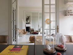 coffee in the sun: Appartement van modeontwerper in Barcelona Interior Dorado, Mesa Tulip, Barcelona Apartment, Estilo Art Deco, Dining Area, Kitchen Dining, Interior Design Inspiration, Family Room, Minimalist