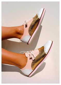 Tendance Chaussures 2018 : Tendance Chaussures 2018 : Original ABO brogues available at WWW. Pretty Shoes, Beautiful Shoes, Cute Shoes, Me Too Shoes, Shoes World, Fashion Shoes, Style Fashion, Shoe Boots, Oxford Shoes