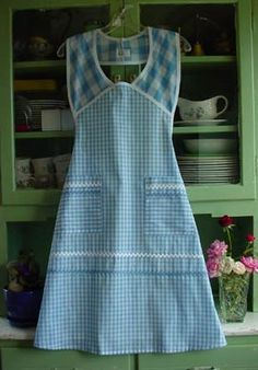 My favorite kind of Apron! the ones that go over the shoulders instead of around the neck ←this apron looks great Aprons Vintage, Vintage Sewing, Cute Aprons, Sewing Aprons, Sewing Patterns Free, Retro Apron Patterns, Easy Apron Pattern, Vintage Apron Pattern, Dress Patterns