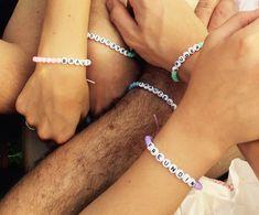 Freundschaftsbänder für die Hochzeitsgäste... Buchstabenperlen auf unterschiedlich farbene Bänder aufgefädelt... #mutterderbraut #trauzeuge #Freundin #Braut #Bräutigam